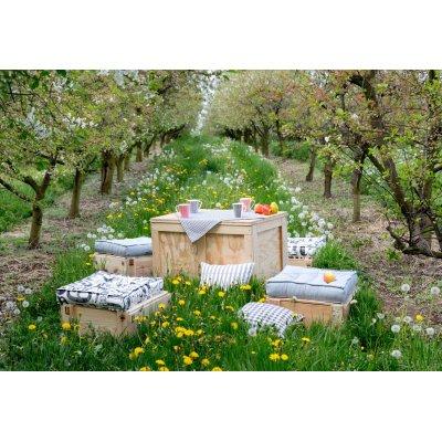 Záhrada a sedáky v sivej