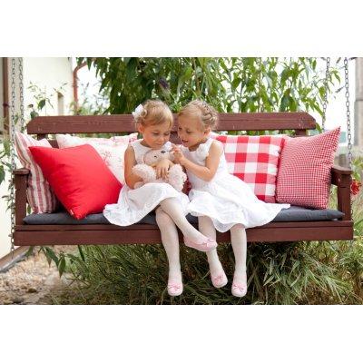 Záhrada a vankúše na lavici