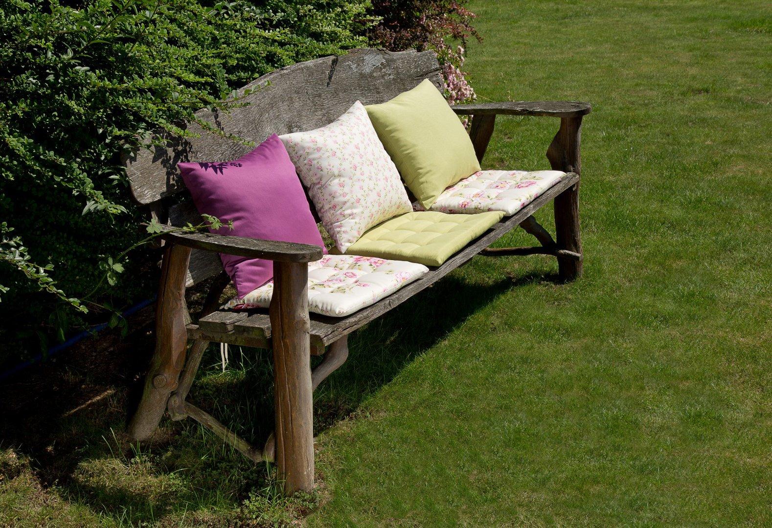 Zahrada sedáky na lavičce