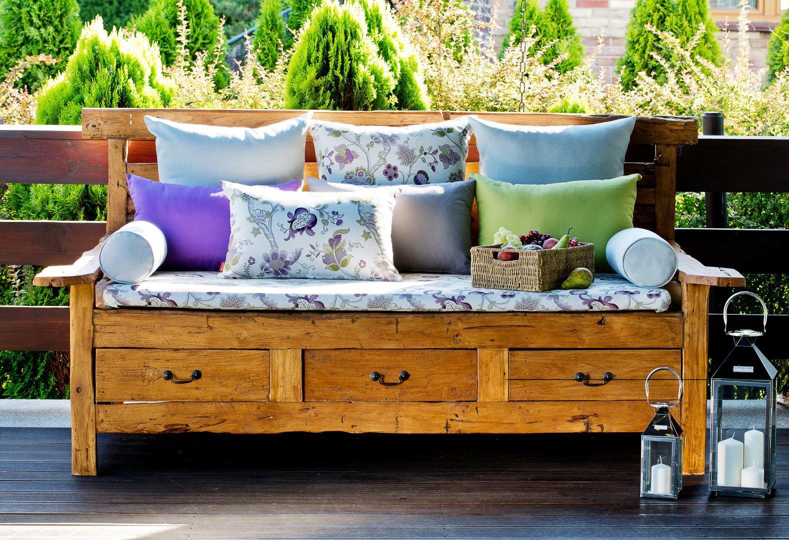 Záhrada s farebnou lavicou