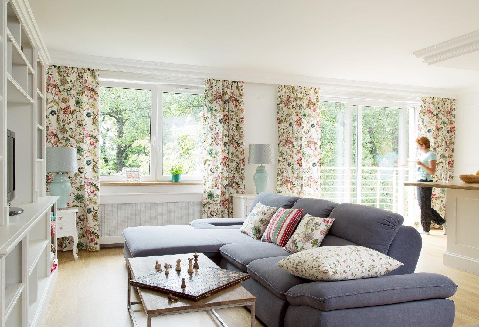 Obývací pokoj květové motivy a jemné tyrkysy