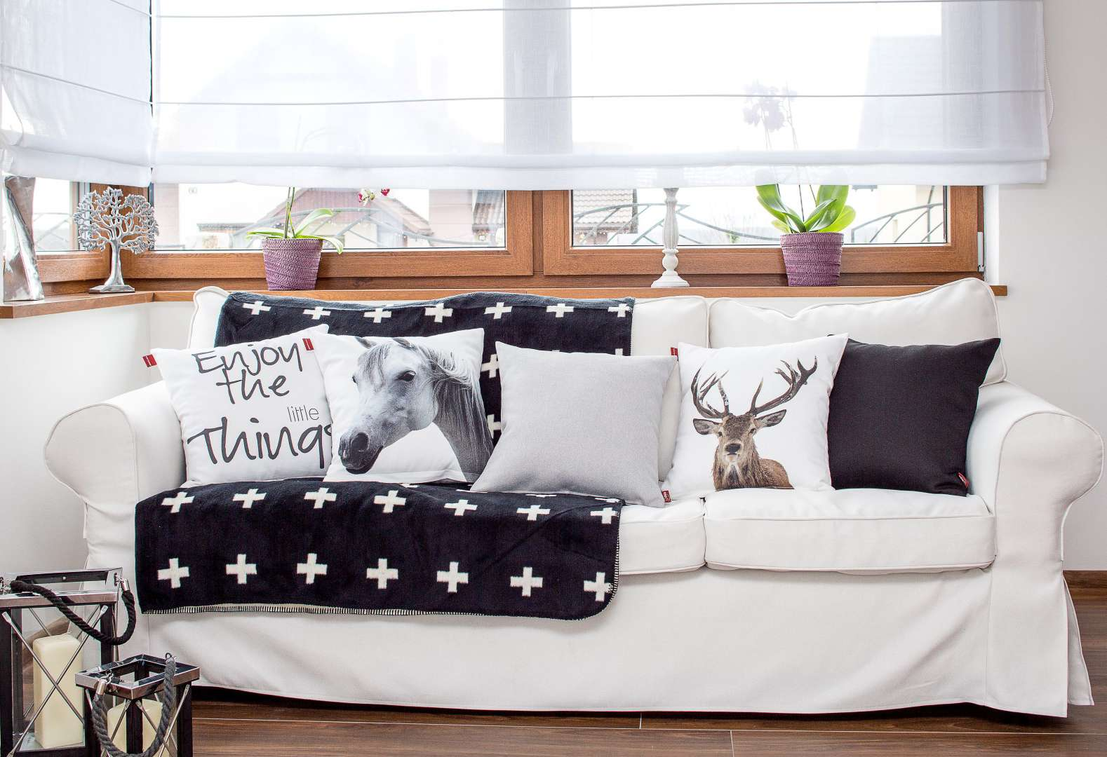 Living room Black & White Sofa Centerpiece