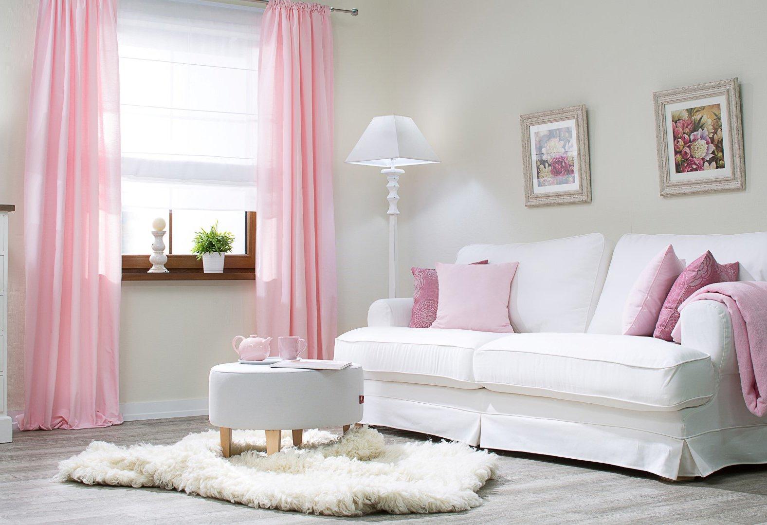 Obývací pokoj v pastelové růžové