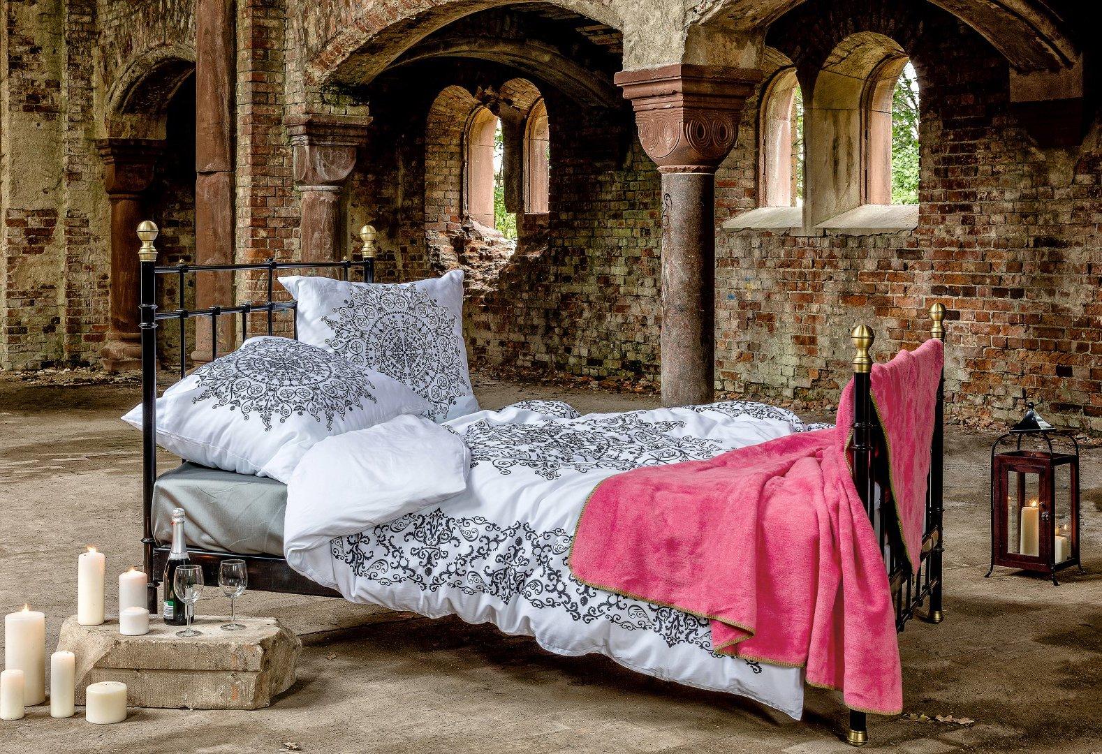 Sypialnia w gotyckiej scenerii