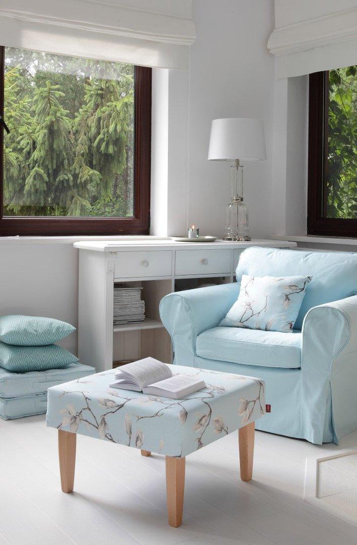 Subtelny salon skąpany w błękitach