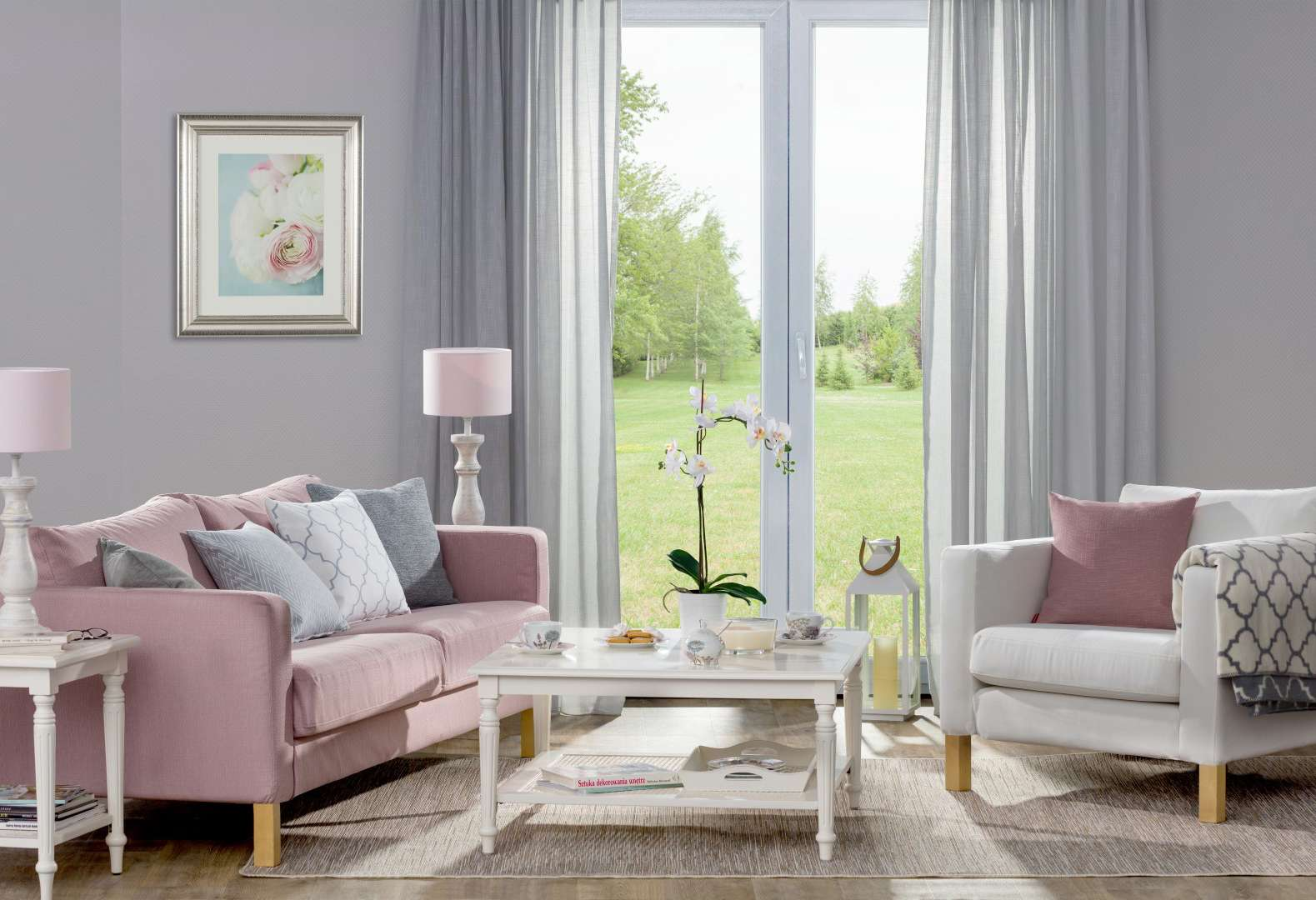 woonkamer in zachte pastel- en grijstinten