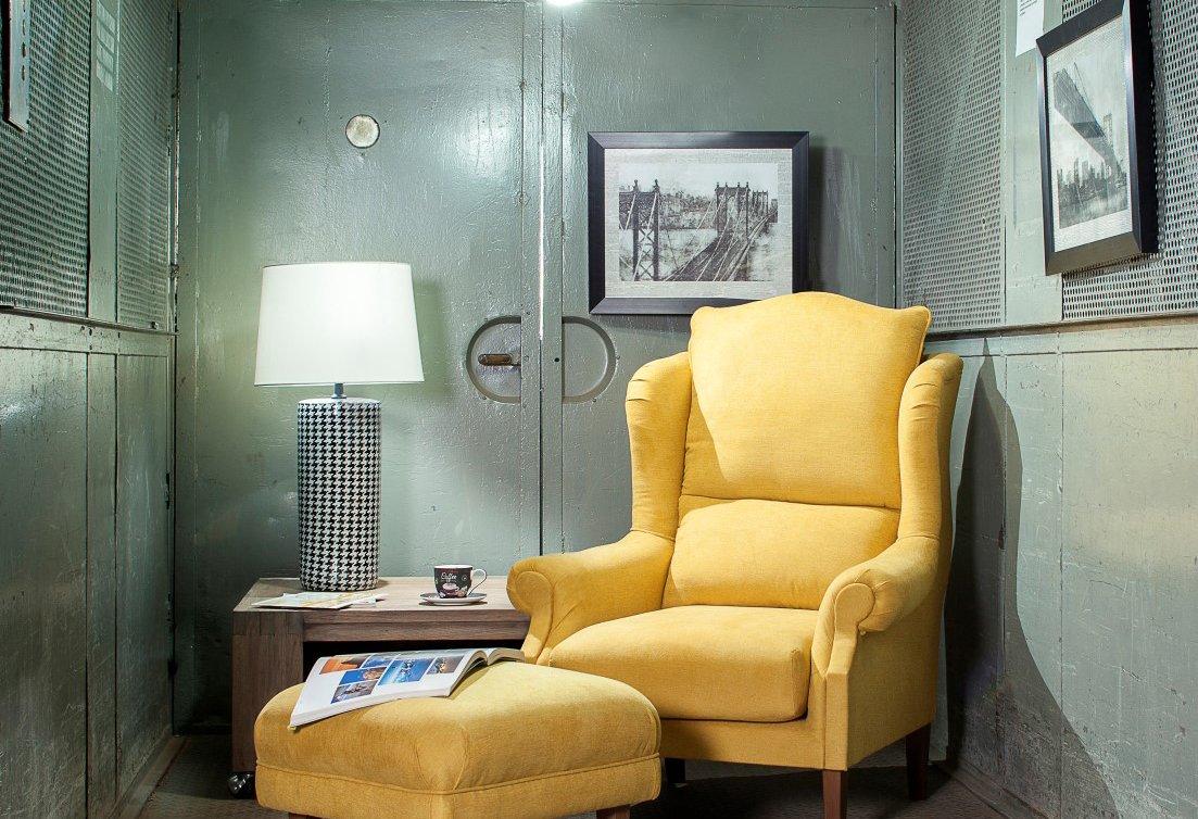 Żółty fotel- energetyczny element salonu