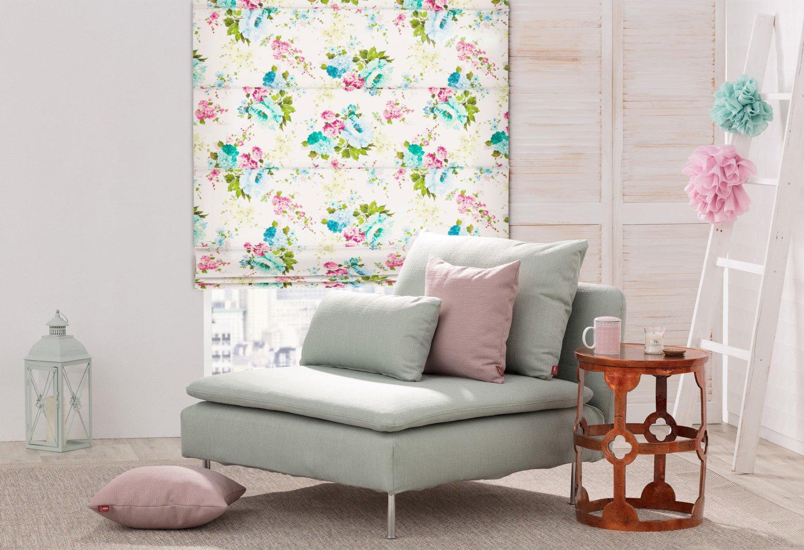Kvetovaná rímska roleta v obývačke