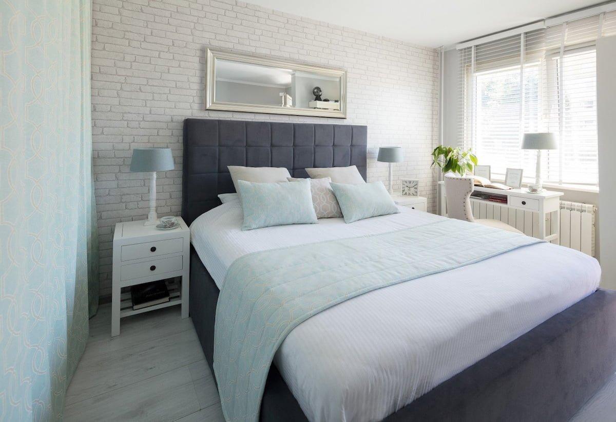 Jasna sypialnia w stylu Hampton