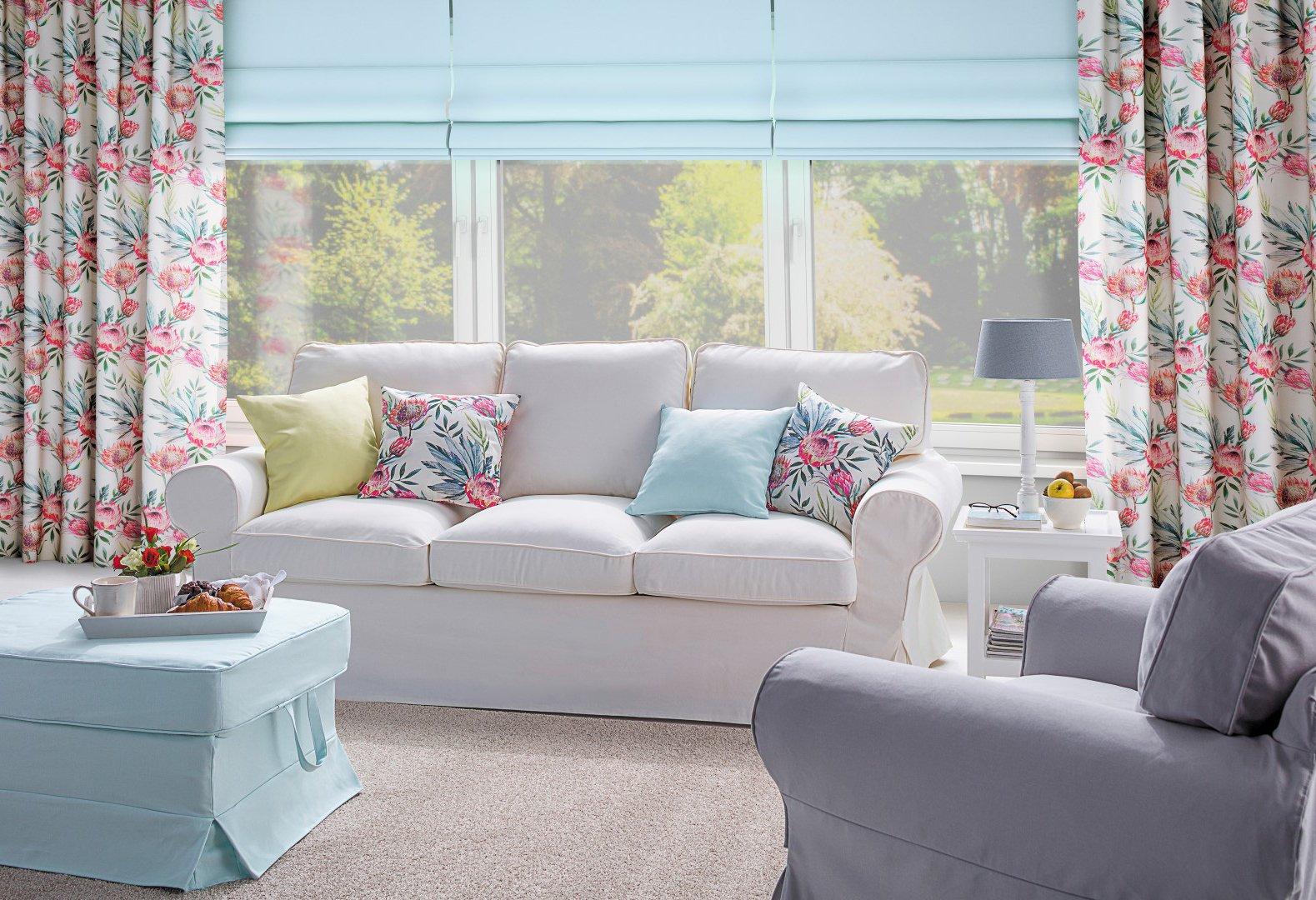 Svetlá obývačka s kvetovanými dekoráciami
