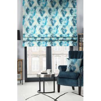 Niebieskie akwarele w salonie