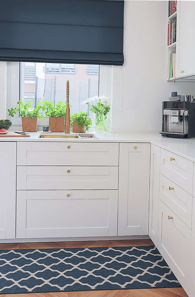 Granatowo-biała kuchnia
